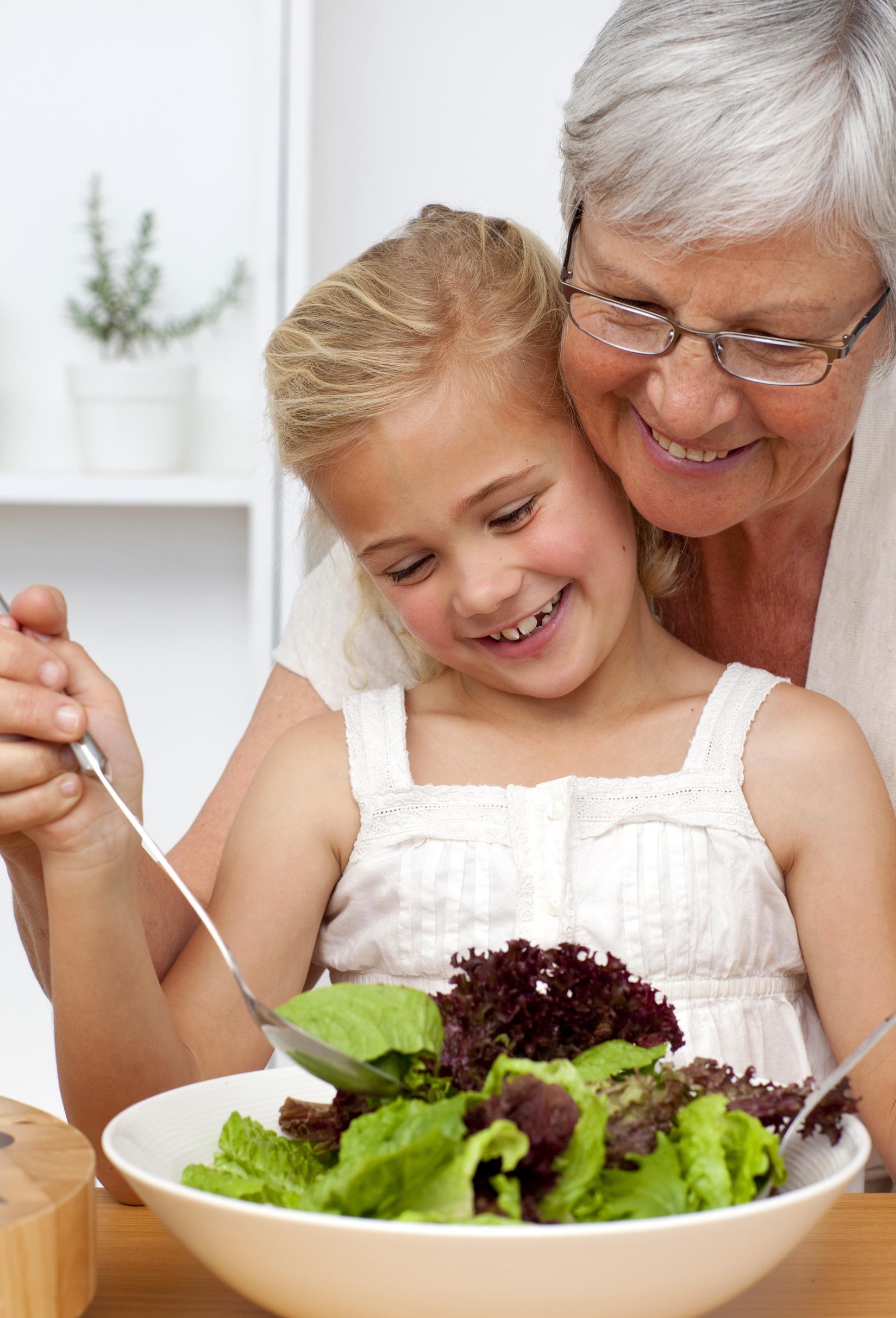 Старуха и внук на кухне 22 фотография